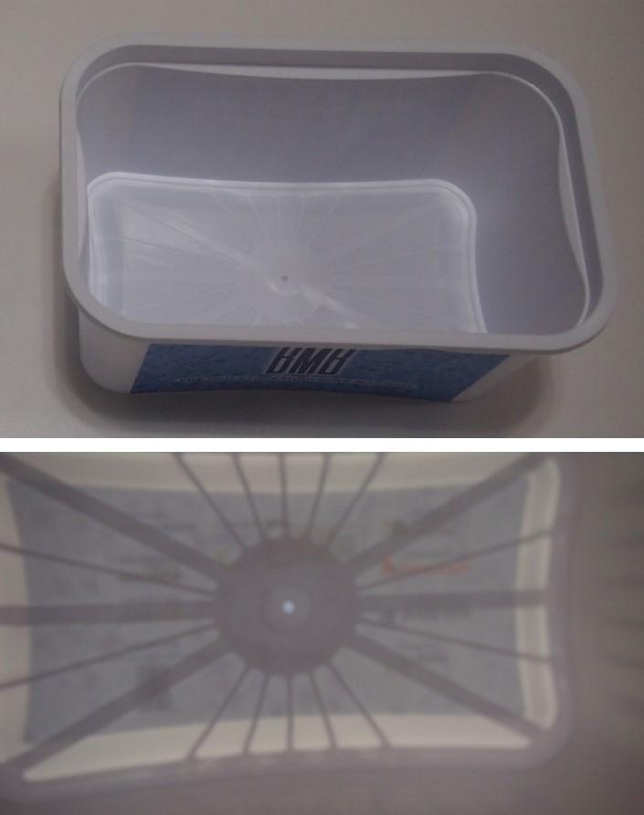 BMBブースで成形されていた容器(上)と 透かすと見えるフローリーダー(下)