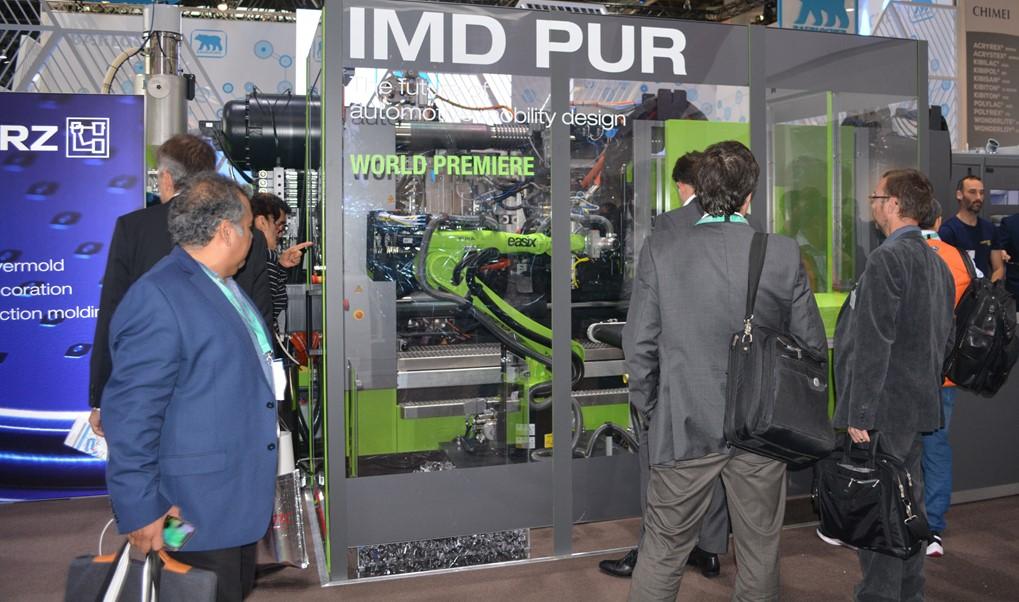 Kurzブースにおける「IMD PUR」成形実演のようす